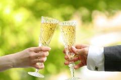 κρασί χεριών γυαλιού Στοκ Εικόνες
