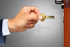 Κρατάτε το κλειδί στην επιτυχία Στοκ εικόνες με δικαίωμα ελεύθερης χρήσης