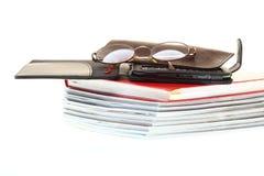 κρατά ebook απομονωμένο το γυ&alp Στοκ Εικόνα