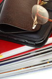 κρατά ebook απομονωμένο το γυ&alp Στοκ φωτογραφίες με δικαίωμα ελεύθερης χρήσης