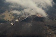 Κρατήρας ΑΜ Rinjani που καλύπτεται με τα σύννεφα στοκ φωτογραφία