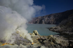 Κρατήρας εσωτερικών ορυχείων θείου του ηφαιστείου Ijen, Στοκ Εικόνα