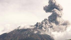Κρατήρας ηφαιστείων Cotopaxi κατά τη διάρκεια της έκρηξης απόθεμα βίντεο
