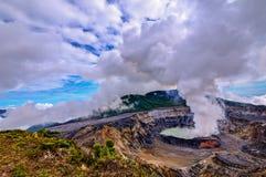 Κρατήρας ηφαιστείων Poà ¡ s με τα σύννεφα ατμού θείου Στοκ Φωτογραφία
