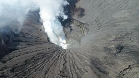Κρατήρας του ηφαιστείου Bromo, ανατολική Ιάβα, Ινδονησία, εναέρια άποψη φιλμ μικρού μήκους