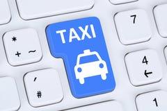 Κρατήστε έναν σε απευθείας σύνδεση υπολογιστή κράτησης Διαδικτύου ταξί ή αμαξιών στοκ φωτογραφία
