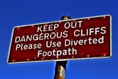 Κρατήστε έξω! επικίνδυνοι απότομοι βράχοι στοκ εικόνες με δικαίωμα ελεύθερης χρήσης