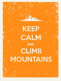 Κρατήστε ήρεμος και αναρριχηθείτε στα βουνά Δημιουργικό απόσπασμα κινήτρου στο φυσικό υπόβαθρο Grunge ελεύθερη απεικόνιση δικαιώματος