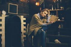 Κρατήστε ήρεμος και διαβάστε ένα βιβλίο Ο σπουδαστής παίρνει τη γνώση από το βιβλίο Η όμορφη γυναίκα διάβασε ένα βιβλίο Γνώση και στοκ εικόνα