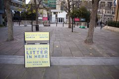 Κρατήστε καθαρός παρακαλώ ρίχνει απόρριμά σας εδώ στο Λονδίνο, Ηνωμένο Βασίλειο στοκ φωτογραφία