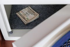 Κρατήστε τα αμερικανικά δολάρια σε έναν ασφαλή χώρο στο γραφείο ή στο σπίτι Χρήματα κάτω από την κλειδαριά και το κλειδί Προστασί στοκ εικόνα με δικαίωμα ελεύθερης χρήσης