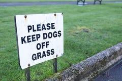 """Κρατήστε τα σκυλιά από Ï""""Î¿ σημάδι χλόης στοκ εικόνα με δικαίωμα ελεύθερης χρήσης"""