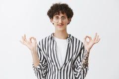 Κρατήστε την ήρεμη και ειρήνη απελευθέρωσης Φιλικός-κοίταγμα χαλαρωμένος και ψύχρα που χαμογελά το χαριτωμένο τύπο με το moustach στοκ φωτογραφίες με δικαίωμα ελεύθερης χρήσης