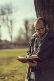 κρατήστε την ανάγνωση Στοκ εικόνα με δικαίωμα ελεύθερης χρήσης