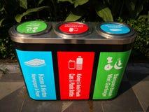 Κρατήστε την πόλη καθαρή το διάφορο δοχείο ή τα απορρίματα απορριμμάτων μπορεί στο πάρκο Πολύ χρήσιμος να δώσει τη συνειδητοποίησ στοκ εικόνες