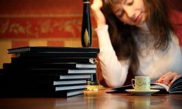 κρατήστε τη γυναίκα ανάγν&omega Στοκ φωτογραφίες με δικαίωμα ελεύθερης χρήσης