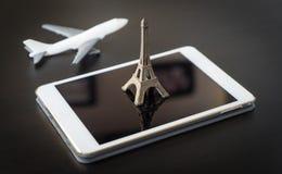 Κρατήστε το εισιτήριο πτήσης σας στο Παρίσι στην ταμπλέτα Στοκ Εικόνες