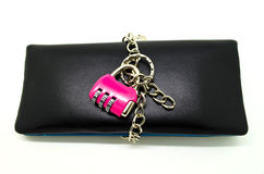 Κρατημένο πορτοφόλι κλείδωμα με τη βασική αλυσίδα Στοκ Φωτογραφίες