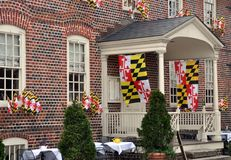 Κρατικές σημαίες της Μέρυλαντ που κρεμούν από ένα κτήριο τούβλου σε Annapolis, Μέρυλαντ Στοκ Φωτογραφίες