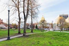 Κρατική βιβλιοθήκη της Μασαχουσέτης και άνθρωποι στο κοινό πάρκο της Βοστώνης Στοκ φωτογραφίες με δικαίωμα ελεύθερης χρήσης