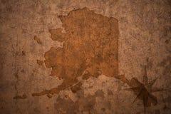 Κρατικός χάρτης της Αλάσκας σε ένα παλαιό εκλεκτής ποιότητας υπόβαθρο εγγράφου Στοκ Φωτογραφία