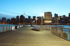 Κρατικό πάρκο Plaza ατσάλινων σκελετών και ορίζοντας του Μανχάταν στη Νέα Υόρκη Στοκ φωτογραφία με δικαίωμα ελεύθερης χρήσης
