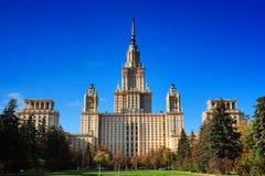 Κρατικό πανεπιστήμιο της Μόσχας ενάντια στο σαφή μπλε ουρανό Στοκ Φωτογραφίες