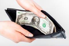 Κρατώντας στα χέρια το ανοικτό πορτοφόλι με τα χρήματα σε το Στοκ Εικόνα