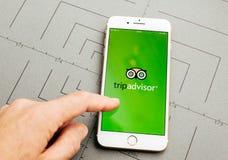 Κρατώντας σύμβουλος ταξιδιού ξενοδοχείων στο iPhone 7 συν την εφαρμογή μαλακή Στοκ φωτογραφία με δικαίωμα ελεύθερης χρήσης