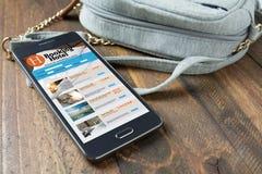 Κρατώντας το ξενοδοχείο on-line, από το smartphone Έννοια ταξιδιού και τουρισμού Στοκ Εικόνες