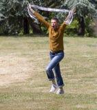 Κραυγάζοντας νεαρός άνδρας που τρέχει με το μαντίλι στα χέρια για τον εορτασμό Στοκ εικόνες με δικαίωμα ελεύθερης χρήσης