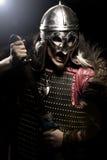 Κραυγάζοντας πολεμιστής Βίκινγκ με το ξίφος, το τεθωρακισμένο και το κράνος πέρα από το blac Στοκ Φωτογραφίες