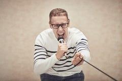 κραυγάζοντας τραγουδιστής βράχου μουσικής μικροφώνων έννοιας Στοκ φωτογραφία με δικαίωμα ελεύθερης χρήσης