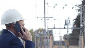 κραυγή μηχανικών, που μιλά στο τηλέφωνο σε ένα κλίμαη εγκαταστάσεων παραγωγής ενέργειας απόθεμα βίντεο