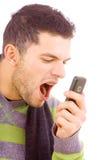 Κραυγή νεαρών άνδρων στο τηλέφωνο Στοκ φωτογραφία με δικαίωμα ελεύθερης χρήσης