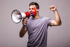 Κραυγή megaphone στο σλοβάκικο οπαδό ποδοσφαίρου στην υποστήριξη παιχνιδιών της εθνικής ομάδας της Σλοβακίας Στοκ φωτογραφία με δικαίωμα ελεύθερης χρήσης