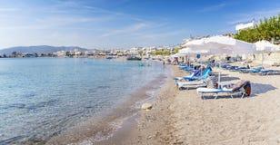 Κρεβάτια ήλιων και σκιές ήλιων στην παραλία †«Ρόδος, Ελλάδα Haraki στοκ φωτογραφία με δικαίωμα ελεύθερης χρήσης