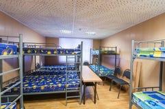 Κρεβάτια μετάλλων κουκετών στο δωμάτιο ξενώνων Στοκ Εικόνα