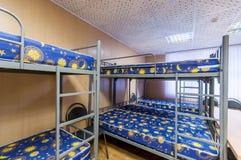 Κρεβάτια μετάλλων κουκετών στο δωμάτιο ξενώνων Στοκ φωτογραφία με δικαίωμα ελεύθερης χρήσης