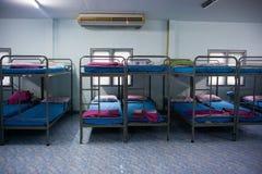 Κρεβάτια σειρών στρατιωτών κουκετών στοκ εικόνα