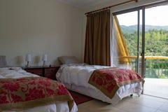 Κρεβάτια σε ένα δωμάτιο ξενοδοχείου στοκ εικόνες