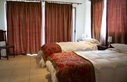 Κρεβάτια σε ένα δωμάτιο ξενοδοχείου στοκ φωτογραφία με δικαίωμα ελεύθερης χρήσης