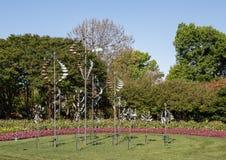 Κρεβάτια Windsculptures και λουλουδιών, δενδρολογικός κήπος του Ντάλλας και βοτανικός κήπος Στοκ εικόνες με δικαίωμα ελεύθερης χρήσης
