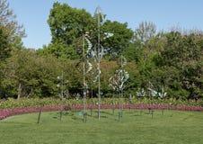 Κρεβάτια Windsculptures και λουλουδιών, δενδρολογικός κήπος του Ντάλλας και βοτανικός κήπος Στοκ φωτογραφίες με δικαίωμα ελεύθερης χρήσης
