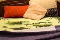 Κρεβάτι έτοιμο στον ύπνο λαμβάνοντας υπόψη το λαμπτήρα νύχτας Στοκ Εικόνες