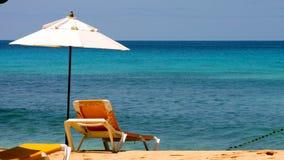 Κρεβάτι ήλιων στην παραλία στοκ εικόνες με δικαίωμα ελεύθερης χρήσης