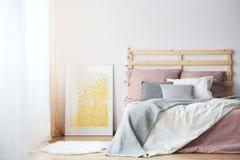Κρεβάτι, αφίσα και κουβέρτα στοκ εικόνα με δικαίωμα ελεύθερης χρήσης