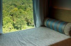 Κρεβάτι εκτός από το παράθυρο στοκ εικόνα