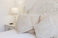 Κρεβάτι και nightstand στοκ εικόνα