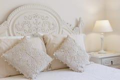 Κρεβάτι και nightstand Στοκ Φωτογραφία